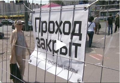 Металлический забор блокировал вход посетителей торгового центра на Коломяжском проспекте